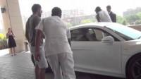Virat Kohli drives Chris Gayle around Delhi in his Audi R8
